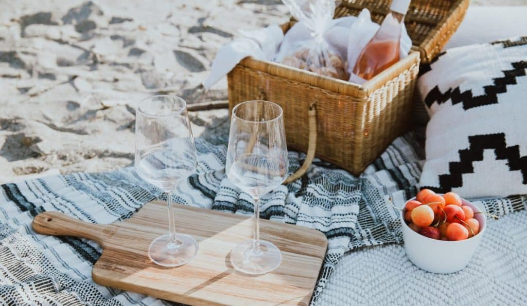 What to bring on a beach picnic